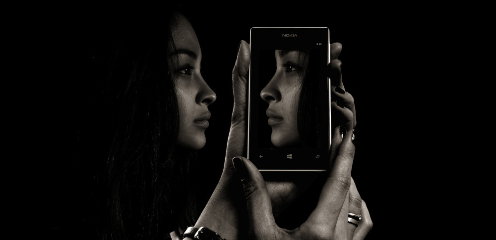 uwm.smartphone-mobile-hand-screen-black-and-white-girl-535211-pxhere.com